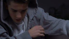 Escolar enojado que reflexiona lucha grande con el matón en la clase, agresión adolescente metrajes