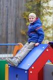Escolar lindo que se divierte al aire libre en el patio Imagen de archivo libre de regalías
