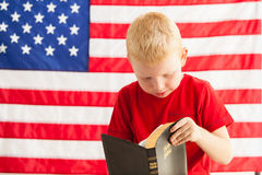 Escolar que lee una biblia Imagen de archivo libre de regalías