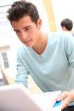 Escolar que trabaja en el ordenador portátil Imagen de archivo