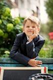 Escolar sonriente en el parque verde, día soleado Imagen de archivo