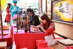 Escolar vietnamita del festival del año lunar Ésta es una tradición del Año Nuevo lunar vietnamita Fotografía de archivo