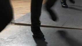 Escolha as calças vestindo fêmeas do dançarino de torneira que mostram várias etapas no estúdio com assoalho reflexivo fotografia de stock