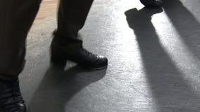 Escolha as calças vestindo fêmeas do dançarino de torneira que mostram várias etapas no estúdio com assoalho reflexivo fotos de stock