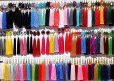 Escolha da bijutaria no bazar do mercado, Imagens de Stock Royalty Free