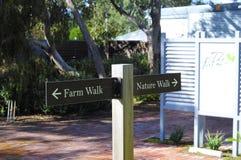 A escolha de sinais da caminhada de exploração agrícola ou da caminhada da natureza para andar arrasta na exploração agrícola do  Imagens de Stock Royalty Free