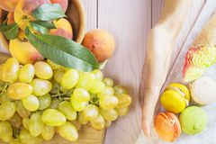 Escolha entre o alimento saudável e insalubre foto de stock royalty free