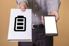 Escolha entre o livro e a vida da bateria do telefone celular Imagens de Stock