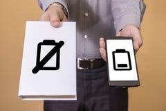 Escolha entre o livro e a vida da bateria do telefone celular Fotografia de Stock Royalty Free
