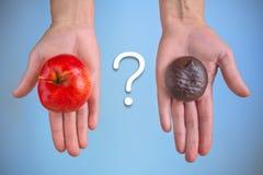 Escolha entre uma maçã e um marshmallow maduros vermelhos no chocolate Foto de Stock
