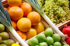 Escolha grande de frutas e legumes frescas no contador do mercado foto de stock