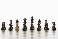 Escolha o penhor branco na formação inicial de partes de xadrez pretas foto de stock