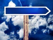 Escolha o sinal de estrada em branco do sentido e o céu Imagens de Stock Royalty Free
