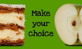 Escolha saudável do alimento entre o bolo da pastelaria e a maçã Fotos de Stock Royalty Free