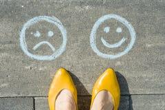 Escolha - smiley ou infeliz feliz, texto na estrada asfaltada foto de stock royalty free