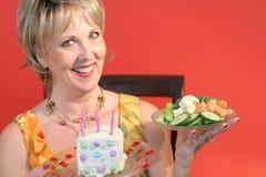 Escolhas - alimento ou bolo saudável Fotos de Stock Royalty Free