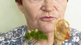 Escolhas comer da mulher adulta que comem vegetais ou galinha filme