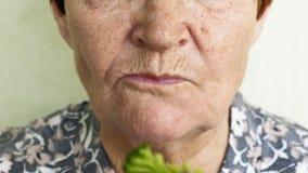 Escolhas comer da mulher adulta que comem vegetais ou galinha vídeos de arquivo