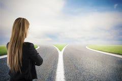 Escolhas de uma mulher de negócios no estradas transversaas Conceito da decisão foto de stock royalty free