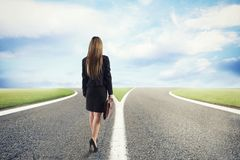Escolhas de uma mulher de negócios no estradas transversaas Conceito da decisão imagem de stock