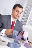Escolhendo a melhor gravata por um dia de trabalho Fotos de Stock