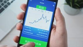 Escolhendo o cryptocurrency e a compra dele que usa o app móvel video estoque