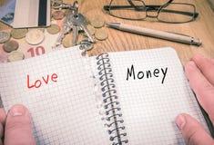 Escolhendo o dinheiro sobre o conceito do amor imagem de stock royalty free
