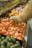 Escolhendo o produto no supermercado Fotografia de Stock Royalty Free