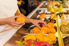 Escolhendo os frutos os mais frescos Fotografia de Stock Royalty Free