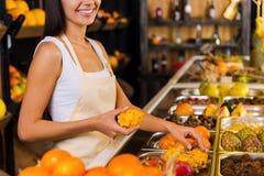 Escolhendo os frutos os mais frescos para você Imagens de Stock Royalty Free