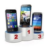 Escolhendo os melhores telefones celulares do telefone celular ou da comparação Smartp Fotografia de Stock