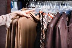 Escolhendo uma parte de roupa Fotografia de Stock Royalty Free