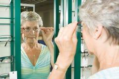 Escolhendo vidros no óptico Imagem de Stock Royalty Free