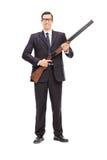 Escolta de sexo masculino que sostiene una escopeta Foto de archivo libre de regalías