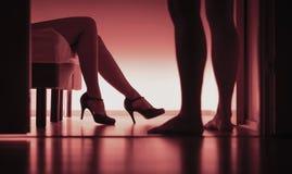 Escolta, sexo pago ou prostituição Silhueta 'sexy' da mulher e do homem no quarto Conceito da violação ou do acosso sexual Menina imagens de stock royalty free