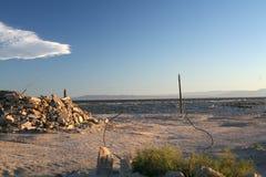 Escombros descargados en el mar de Salton Fotos de archivo libres de regalías