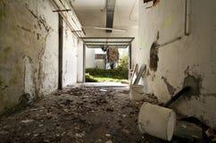 Escombros en el garage fotos de archivo