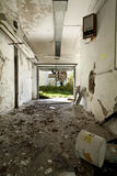 Escombros en el garaje fotos de archivo