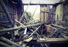 Escombros y las ruinas de la casa destruida por terremoto con Imagen de archivo