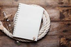 Esconda el cuaderno abierto en cuerda del mar Imagen de archivo libre de regalías