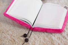 Esconda el cuaderno rosado abierto Imagen de archivo