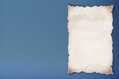 Esconda el documento reciclado sobre fondo azul. Imágenes de archivo libres de regalías