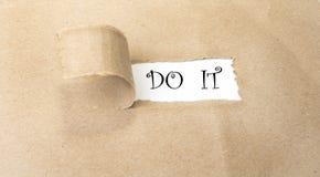 Esconda el papel marrón rasgado que revela nuevos desafíos foto de archivo libre de regalías