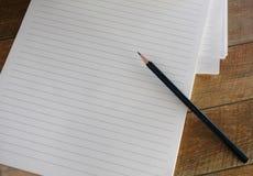 Esconda la libreta alineada con el lápiz Foto de archivo