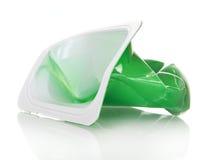 Esconda la taza plástica arrugada de yogur en blanco imagen de archivo