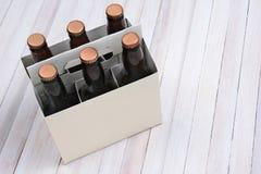 Esconda seis paquetes en la tabla de madera Foto de archivo