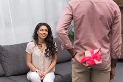 Esconder afro-americano do noivo atual da amiga o 8 de março fotos de stock