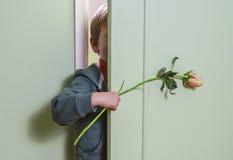 Esconder com flor Imagem de Stock Royalty Free
