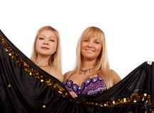 Esconder de sorriso de duas mulheres Fotografia de Stock Royalty Free