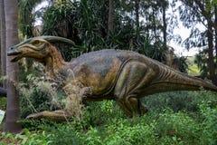 Esconder em um modelo da exposição de Parasaurolophus do arbusto no jardim zoológico de Perth fotos de stock